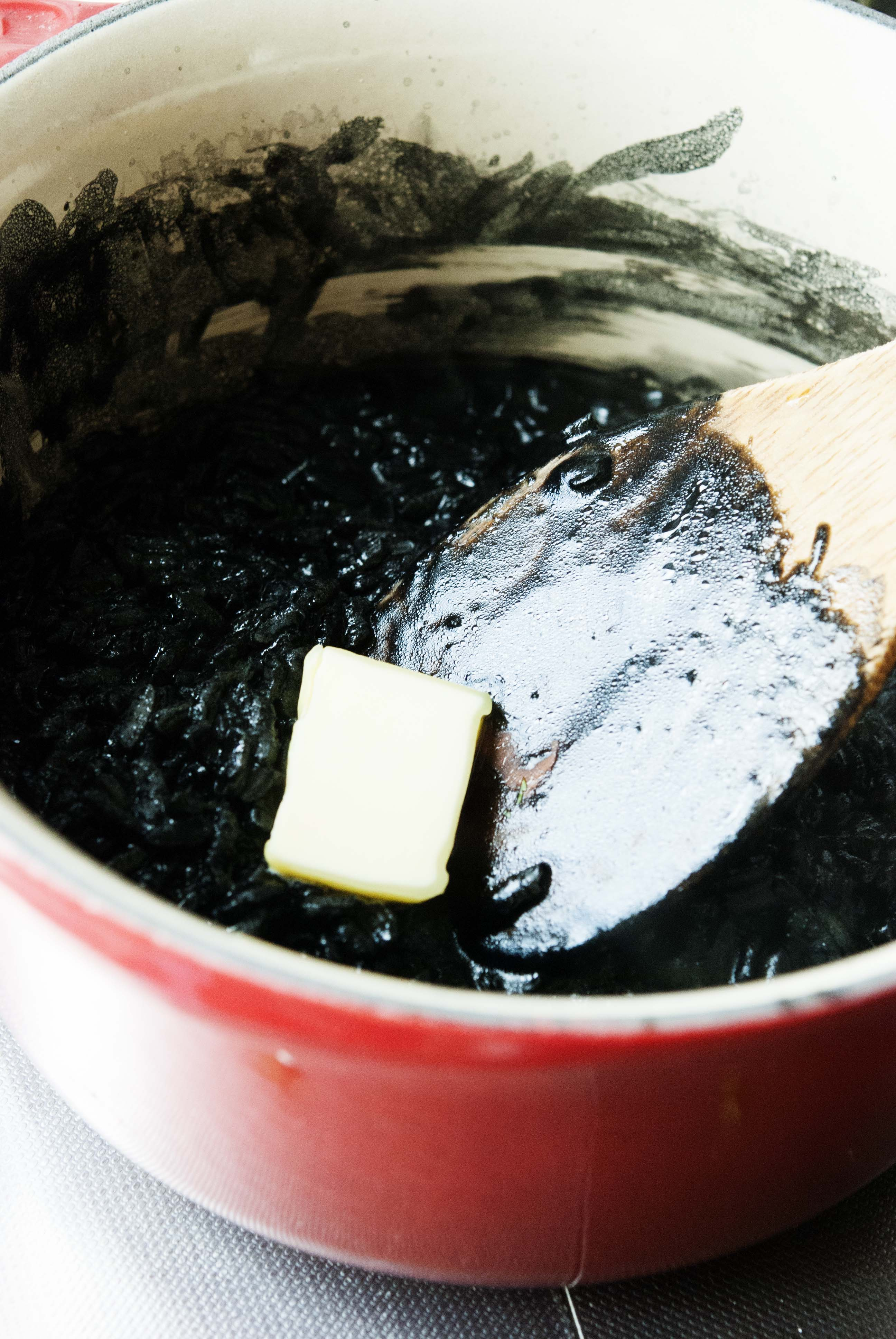 squid-ink-risotto-with-white-wine-scallops_expatcucina7