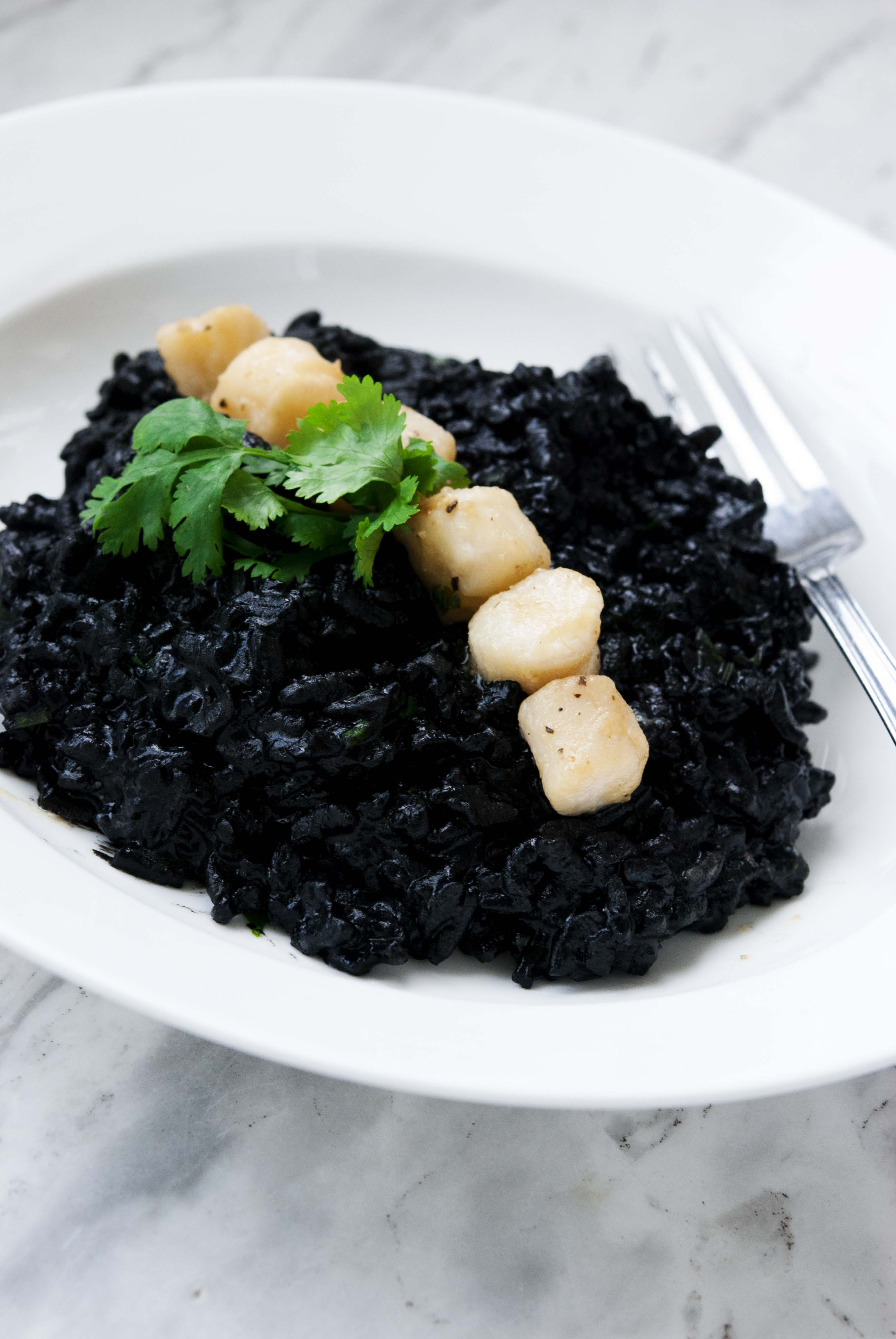 squid-ink-risotto-with-white-wine-scallops_expatcucina9